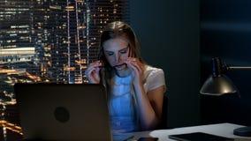 感到非常疲乏和离开镜片的年轻女性视频编辑器 股票录像