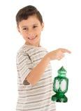 感到年轻的男孩满意对赖买丹月灯笼 免版税库存照片
