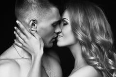 感动的夫妇 有美丽的女孩的英俊的人有长的金发的 免版税图库摄影