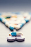 感叹号 标点符号 在一张黑桌上的药房背景 背景黑色片剂 药片 医学和健康 免版税图库摄影