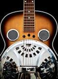 感声吉他琴反对黑背景的steeel吉他 免版税图库摄影