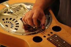 感声吉他琴音乐家工作室 免版税库存照片