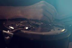 感声吉他琴和手 库存图片