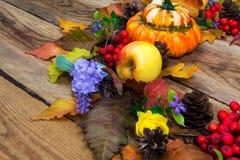 感恩与淡紫色花和黄色玫瑰,分类的门花圈 免版税库存照片