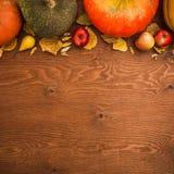 感恩与菜的秋天背景 平的位置,顶视图 免版税库存图片
