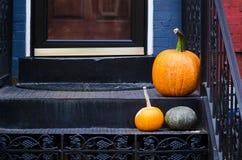 感恩在楼梯的南瓜装饰 免版税库存照片