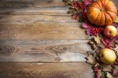 感恩或秋天问候用橙色南瓜,莓果和 图库摄影