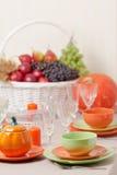 感恩日 与传统桌decoratio的欢乐午餐 图库摄影