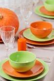 感恩日 与传统桌decoratio的欢乐午餐 库存图片