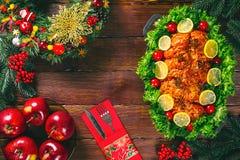 感恩日 圣诞节桌晚餐时间用在圣诞节样式装饰的烤肉 一个家庭假日的概念 库存照片