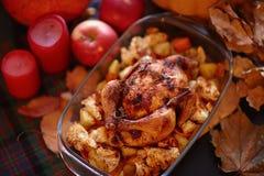 感恩晚餐 感恩桌服务用火鸡,装饰用明亮的秋叶 库存照片