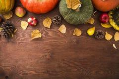 感恩晚餐 秋天果子、菜与板材和利器 感恩秋天背景 平的位置,顶视图 库存照片