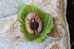 感恩火鸡绘了在秋天叶子的岩石 库存照片