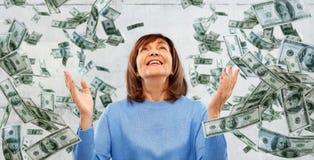 感恩的资深从上面落妇女和的金钱 库存照片