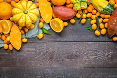 感恩秋天橙色背景、在黑暗的木背景的品种水果和蔬菜与文本的自由空间 免版税库存图片