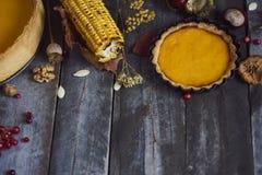 感恩背景:玉米、南瓜饼和下落的叶子 图库摄影