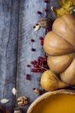 感恩背景:苹果、南瓜和下落的叶子在w 库存照片