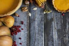 感恩背景:苹果、南瓜和下落的叶子 图库摄影