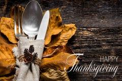 感恩膳食设置 季节性桌设置 感恩秋天与利器和秋叶的餐位餐具 免版税库存图片