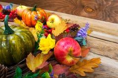 感恩装饰用南瓜,在木ta的淡紫色花 免版税库存图片