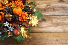 感恩诗歌选用南瓜和莓果复制空间 库存照片