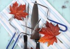 感恩雕刻器物的烘烤火鸡在淡蓝的背景设置了 库存照片
