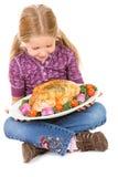 感恩:女孩举行烤了在盛肉盘的火鸡胸脯 免版税库存图片