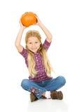 感恩:女孩拿着一个南瓜在高处 库存照片