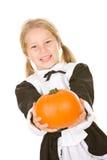 感恩:拿着南瓜的微笑的香客女孩 图库摄影