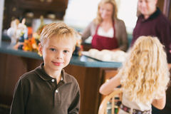 感恩:男孩等待,当晚餐准备时 免版税库存图片