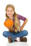 感恩:逗人喜爱的女孩拿着南瓜手中 库存图片