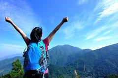 感激的妇女登山人 免版税库存图片