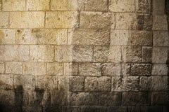 被日光照射了石墙背景 免版税库存图片