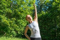 感觉上的健身妇女在公园 库存照片