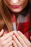 感觉冷的佩带的温暖的围巾的妇女 图库摄影
