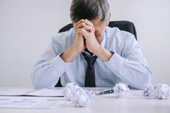 感觉十分厌倦,资深商人沮丧的和尾气 免版税库存图片