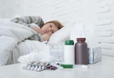 感觉坏不适说谎在床遭受的头疼冬天寒冷和流感病毒的病的妇女有医学 库存照片