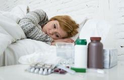感觉坏不适说谎在床遭受的头疼冬天寒冷和流感病毒的病的妇女有医学 图库摄影
