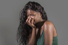 感觉年轻可爱的哀伤和沮丧的黑人非裔美国人的妇女坏和绝望哭泣的被注重的遭受的忧虑危机 免版税库存图片