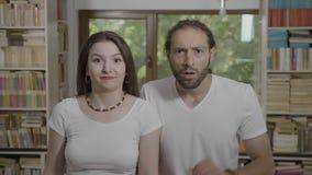 感觉年轻少年夫妇陈列的震动情感表情混淆和震惊- 股票视频