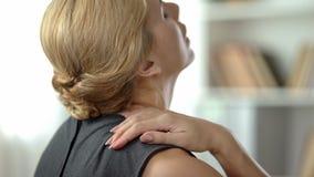 感觉强的肩膀痛苦,神经炎症,后面看法的劳累过度的妇女 图库摄影
