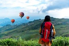 感觉战胜饰面和看见气球的远足者妇女 库存照片