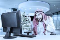 感觉的人激发与在计算机上的金钱 图库摄影