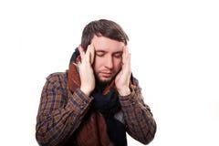 感觉的可怕的头疼 保持沮丧的成熟的人接触他的有手指的头和注视闭合,当站立时 免版税库存图片