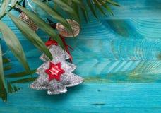 感觉的圣诞树棕榈叶和菠萝照明光 免版税图库摄影