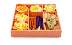 感觉的平安的放松集合温泉 玫瑰塑造了蜡烛,在橙色箱子的香火棍子 免版税库存图片
