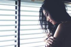 感觉自由的妇女 妇女不感觉疲乏和监禁做自由或缺乏自由 在winndow暗室的女孩倾斜 库存照片