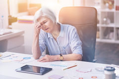 感觉被用尽的资深的妇女疲倦 免版税库存图片