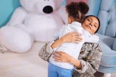 感谢她的女儿的嫩爱恋的母亲 免版税库存图片