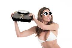 愤怒白色的比基尼泳装的少妇投掷重量标度 适合和健康概念 查出在空白背景 免版税图库摄影